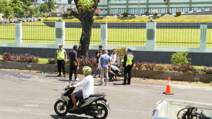 Polisi Hentikan Pengendara Berbonceng Tiga Tak Pakai Helm di TKP Kecelakaan Depan Makodam
