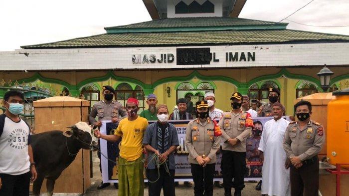 Polres Bolmong Sumbang Hewan Kurban ke Masjid Nurul Iman Desa Tourakat