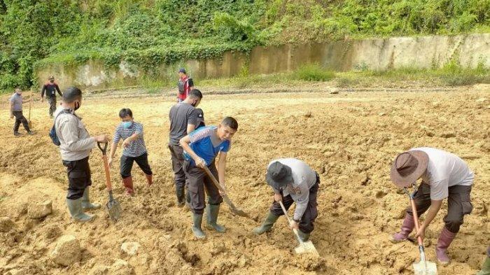Dengan Alat Seadanya Polres Boltim Bersihkan Material Longsor yang Menutup Jalan Desa Badaro