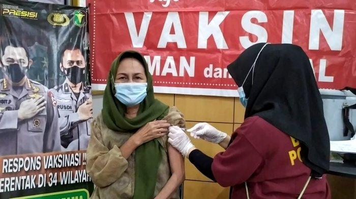 Oma Latifa Senang Ikut Vaksinasi Covid 19 di Polres Kotamobagu