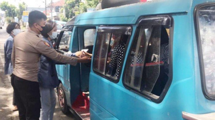 Polsek Airmadidi dan Mahasiswa Unsrat Bagi-bagi Masker dan Hand Sanitizer