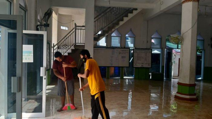 Sambut Bulan Ramadan, Personel Polsek Beo Gelar Bersih-bersih Masjid di Beo