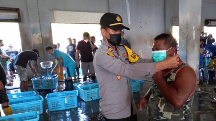 Polsek Malalayang dan Tuminting Bagikan Masker Gratis untuk Pengendara dan Nelayan