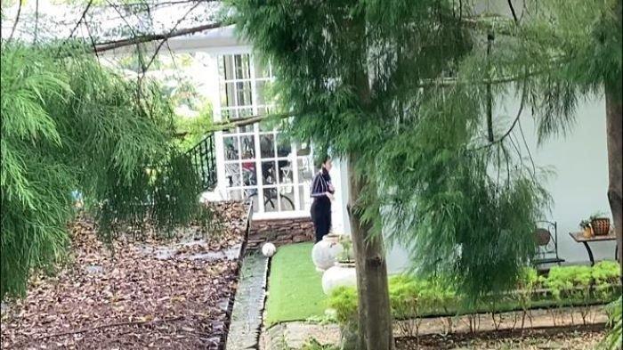 Potret mengharukan Tsania Marwa yang hanya bisa melihat anak-anak di balik jendela rumah sang mantan suami, Atalarik Syach.