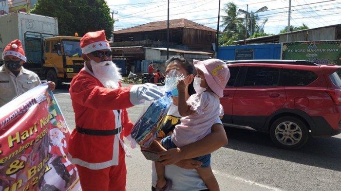 Vita Senang Anaknya Dapat Bingkisan dari 'Sinterklas' Prajurit Kodim Bitung