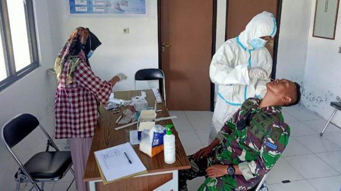 Seluruh Prajurit Matra Laut yang berada di perbatasan utara NKRI menjalani pemeriksaan Swab Antigen di Balai Pengobatan Lanal Melonguane, Senin (14/06/2021).