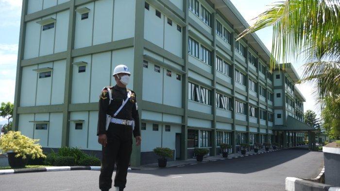 Prajurit Polisi Militer Kodam XIII/Merdeka berjaga di samping gedung utama Markas Komando Daerah Militer XIII/Merdeka,
