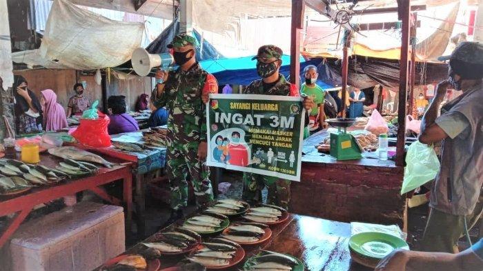 Pakai Toa dan Spanduk, Anggota Koramil Lolak di Bolmong Ajak Masyarakat Patuhi 3M
