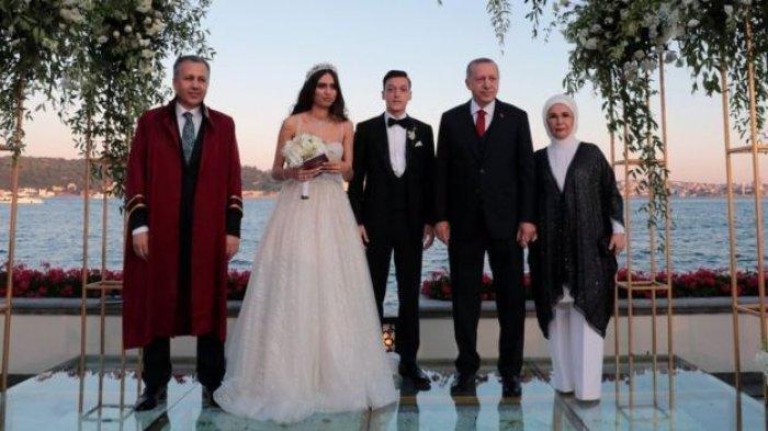 Fakta Pernikahan Mesut Ozil & Amine Gulse, Politisi Jerman Kecewa Punggawa Arsenal Undang Erdogan
