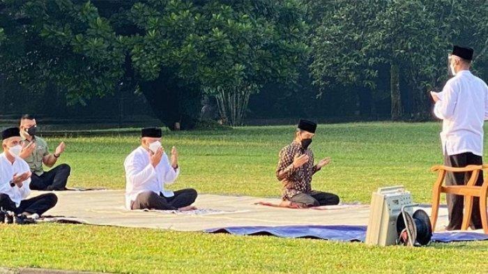 Presiden Joko Widodo (Jokowi) menunaikan ibadah salat Idul Adha di Istana Kepresidenan Bogor, Jawa Barat, Selasa, (20/7/2021). Presiden Salat berjamaah di halaman Istana bersama sejumlah perangkat kepresidenan.