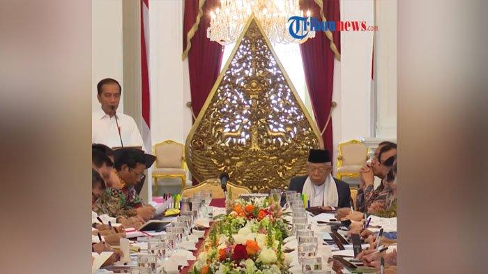Presiden Jokowi didamping Wakil Presiden Ma'ruf Amin memimpin sidang paripurna Kabinet Indonesia Maju pertama.