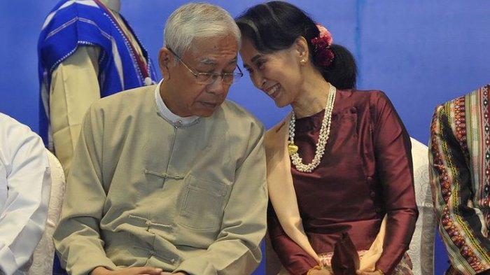 Dalam foto yang diambil pada 15 Oktoboe 2017 memperlihatkan President Myanmar Htin Kyaw dan Aung San Suu Kyi berbincang di tengah peringatan Kesepakatan Gencatan Senjata (NCA) di Myanmar International Convention Center (MICC), Naypyidaw.