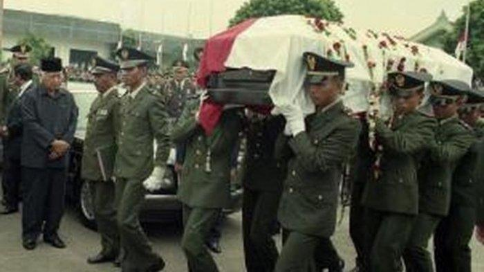 Presiden <a href='https://manado.tribunnews.com/tag/soeharto' title='Soeharto'>Soeharto</a> ceritakan penyebab <a href='https://manado.tribunnews.com/tag/ibu-tien' title='IbuTien'>IbuTien</a> <a href='https://manado.tribunnews.com/tag/meninggal' title='meninggal'>meninggal</a> kepada <a href='https://manado.tribunnews.com/tag/mbak-tutut' title='MbakTutut'>MbakTutut</a>. Jenazah Ibu negara Ny Tien <a href='https://manado.tribunnews.com/tag/soeharto' title='Soeharto'>Soeharto</a>, diangkut dengan pesawat Hercules C-130 VIP dari Bandara Halim Perdanakusuma pukul 14:00, 24 April 1996, menuju Solo, dilepas dengan upacara kenegaraan dipimpin Wapres Try Sutrisno.