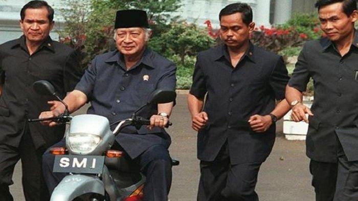 Foto : <a href='https://manado.tribunnews.com/tag/presiden-soeharto' title='PresidenSoeharto'>PresidenSoeharto</a> dikawal <a href='https://manado.tribunnews.com/tag/paspampres' title='Paspampres'>Paspampres</a>