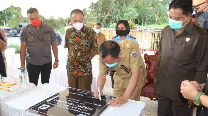 Wali Kota Tomohon Caroll Senduk menandatangani prasasti peresmian Prezko, Selasa (10/8/2021).