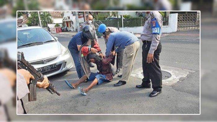 Terjadi Tadi Siang, Pria Gondrong Membawa Parang dan Teriak di Depan Gerbang Kantor Polisi