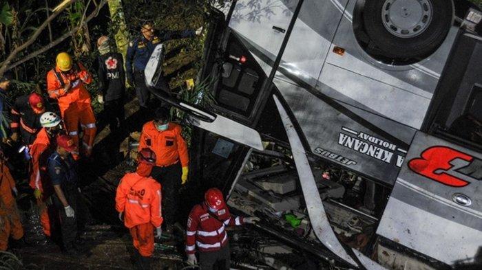 Proses evakuasi korban kecelakaan bus peziarah asal Subang terjun ke jurang Tanjakan Cae, Wado, Sumedang, Jawa Barat, Rabu malam.