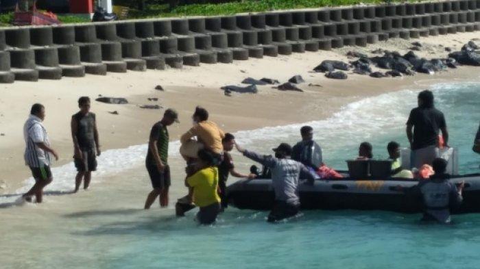 Cuaca Buruk di Perairan Talaud, Prajurit TNI AL Evakuasi Penumpang Kapal KM Sabuk Nusantara