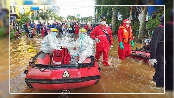Beginilah Proses Evakuasi Warga Terpapar Covid 19 Yang Menjadi Korban Banjir, Tim Pakai APD Level 3