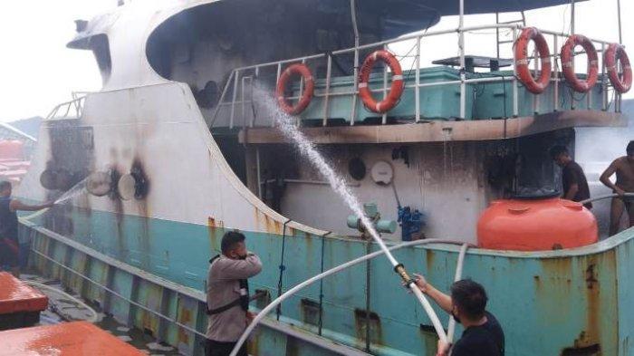 proses pemadaman api terhadap dua kapal ikan yang terbakar. Kapal lampu KM Tenggiri 15 dengan grostone (GT) 33 dan kapal penampung ikan KM Mitra Bahari 169 GT 141