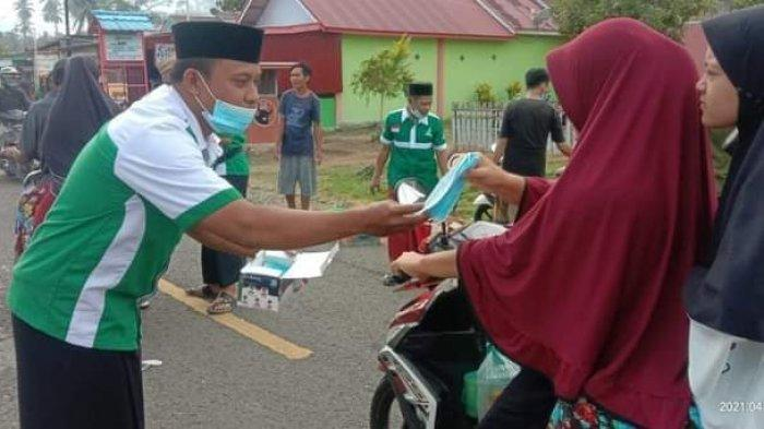 PAC Ansor Posigadan Bagikan 750 Makanan Berbuka Puasa dan Masker ke Masyarakat Secara Gratis