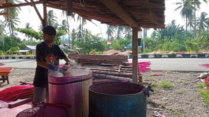 Lelaki Asal NTB Ini Berbisnis Daun Woka di Boltim, Dikirim ke Bali Bisa Rp 30 Ribu per Lembar