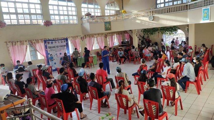 Proses vaksinasi di GPDI Elohim Silian, Kec. Silian Raya, Kab. Minahasa Tenggara, Provinsi Sulawesi Utara, Senin (12/7/2021)