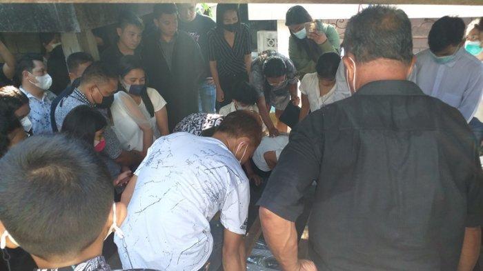 Prosesi pemakaman Gerald Farlen Suatan di Desa Tateli 3, Mandolang, Minahasa, Sulawesi Utara, Minggu (30/5/2021)