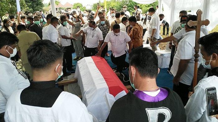 Prosesi Pemakaman Jenazah Mantan Bupati Mitra Telly Tjanggulung pada Peristirahatan Terakhir di Koha