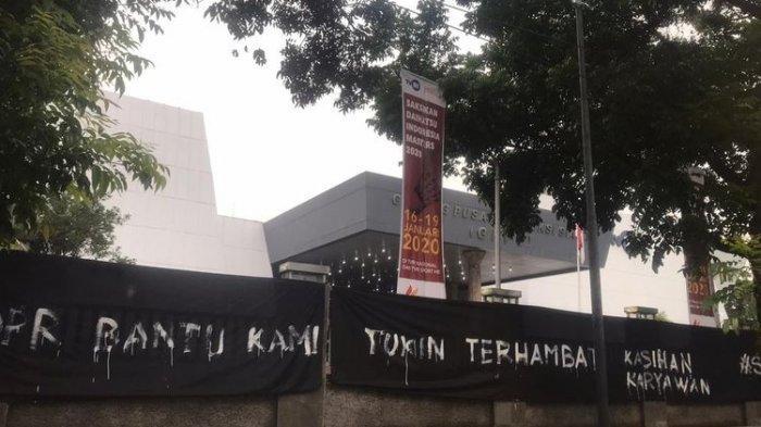 Kain Hitam Selimuti Gedung TVRI, Jokowi Diminta Pangkas Kewenangan Dewan Pengawas