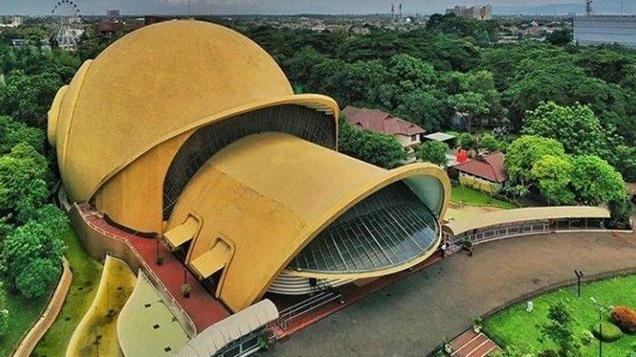 Proyek TMII atau Taman Mini Indonesia Indah, adalah proyek yang lahir dari gagasan Ibu Tien Soeharto.
