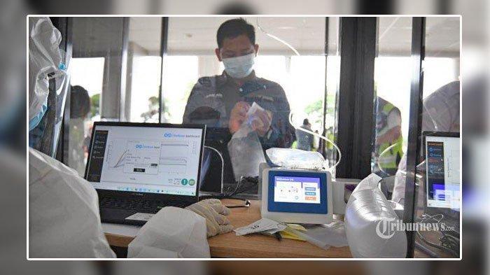 PT Angkasa Pura I (Persero) melakukan simulasi penggunaan alat deteksi Covid-19, GeNose C19 di Bandara Internasional Juanda, Kabupaten Sidoarjo, Jawa Timur, Kamis (25/3/2021). Uji coba kepada 150 orang karyawan Angkasa Pura I Kantor Cabang Bandara Juanda dan komunitas bandara di lobby Gedung Terminal Baru, di sisi timur Terminal 1 itu sebagai persiapan penggunaan GeNose C19 yang rencananya akan mulai diterapkan pada 1 April mendatang.