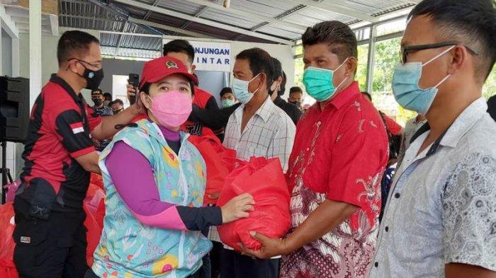 Puan Maharani Kunjungi Pulau Talise Minahasa Utara, Bagi Paket Sembako ke Warga
