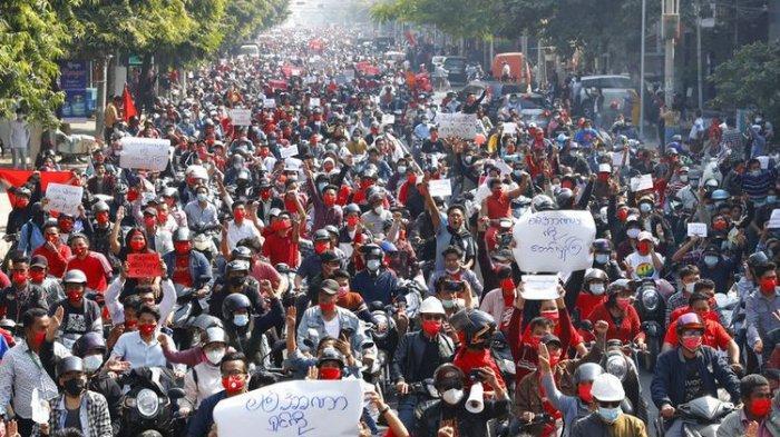 Puluhan ribu orang berdemonstrasi menentang pengambilalihan militer di kota terbesar Myanmar Yangon dan menuntut pembebasan Aung San Suu Kyi, pada Minggu (7/2/2021).