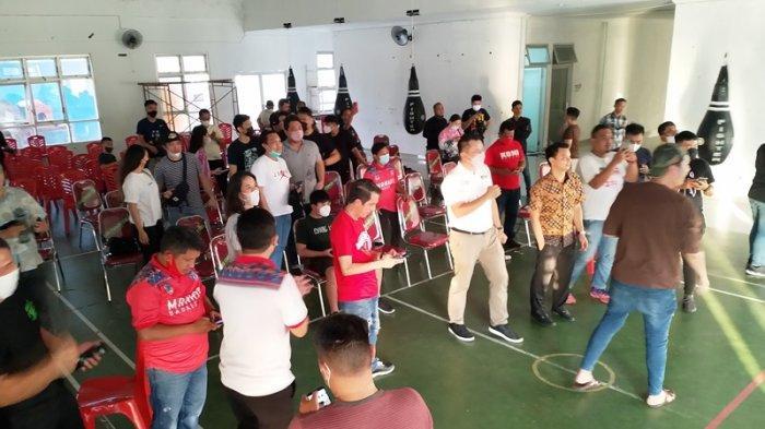 Puluhan warga Sulawesi utara nampak antusias menyaksikan pertandingan Basket antara Sulut melawan Jawa Tengah dalam laga PON XX Papua di Youth Center Megamas Manado, Kamis (7/10/2021)
