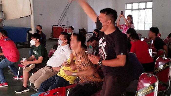 Puluhan warga Sulawesi Utara nampak antusias menyaksikan pertandingan Basket antara Sulut melawan Jawa Tengah dalam laga PON XX Papua di Youth Center Megamas Manado