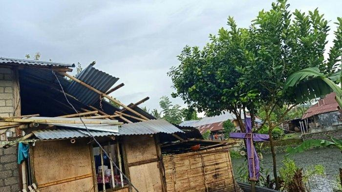 Puting beliung menimpa rumah penduduk di Desa Kalawiran, Kecamatan Kakas Barat, Kabupaten Minahasa, Senin (15/2/2021).