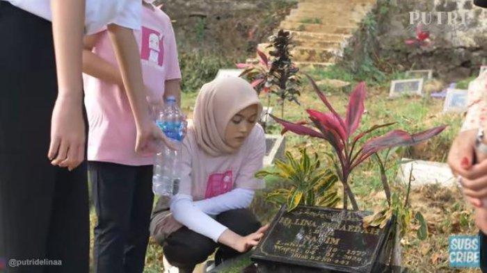 Putri Delina ajak adik-adik untuk ziarah ke makam Lina Jubaedah.