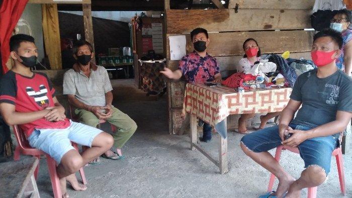 Rafael Malalangi dan orang tuanya serta keluarga dekatnya di Desa Pinapalangkow.
