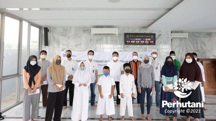 Jajaran direksi Perum Perhutani diabadikan bersama anak yatim piatu dan kaum duafa di Masjid Jami Daarul Faalah, Pasar Minggu, Jakarta Selatan, Kamis (29/4/2021).