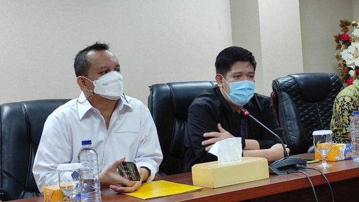 Ketua Fraksi Golkar DPRD Sulut, Raski Mokodompit dan Wakil Ketua I DPD Partai Golkar Sulut, Feryando Lamaluta memberikan keterangan pers di ruang serbaguna DPRD Sulut, Rabu (27/01/2021).
