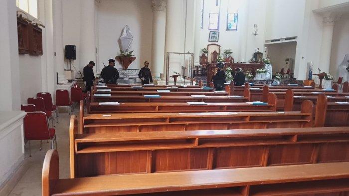 Ratusan aparat Brimob Polda Sulut amankan Katedral Manado jelang kedatangan Kapolri, Kamis (1/4/2021) sore.