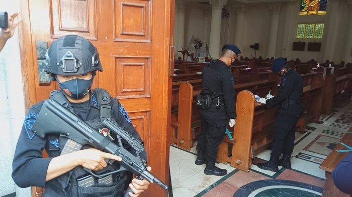 BREAKING NEWS - Brimob Sisir Katedral Jelang Kedatangan Kapolri. Organ Musik Pun Diperiksa