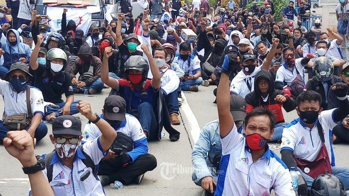 DICEGAT APARAT - Ratusan buruh yang tergabung dalam Federasi Serikat Pekerja Metal Indonesia (FSPMI) Tangerang Raya, batal berunjukrasa ke Gedung DPR/MPR setelah dicegat aparat keamanan di Jalan Gatot Subroto Km 5.3, Jatiuwung, Kota Tangerang, Senin (5/10/2020). Sedianya mereka akan berunjukrasa ke Senayan untuk menolak disahkannya RUU Omnibus Law, akhirnya mereka hanya bisa berunjukrasa di jalanan. WARTA KOTA/NUR ICHSAN