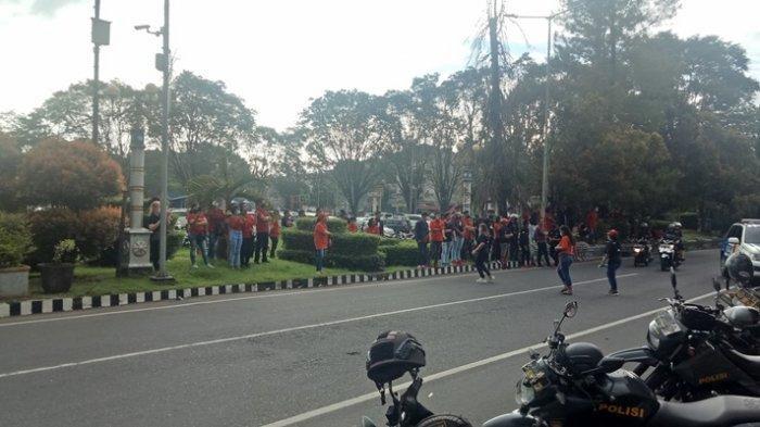 Kader PDI Perjuangan Padati Kantor Wali Kota Manado