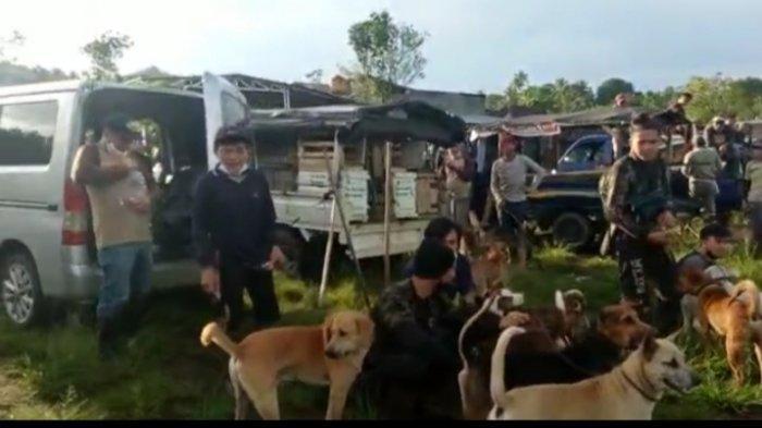 Ratusan pemburu berkumpul di Desa Tondei, Kecamatan Motoling Barat, Kabupaten Minahasa Selatan, Provinsi Sulawesi Utara, Senin (17/5/2021).