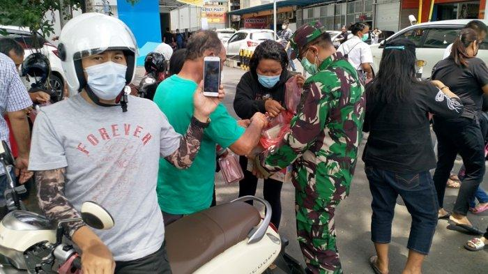 Pengendara dan Pejalan Kaki Jadi Sasaran Bagi-bagi Makanan di Jalan Samrat Manado