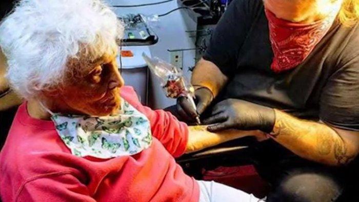 Wanita Tua Ini Rayakan Ultah Ke-103 Tahun dengan Membuat Tato, Hingga Berkeinginan Naik Motor