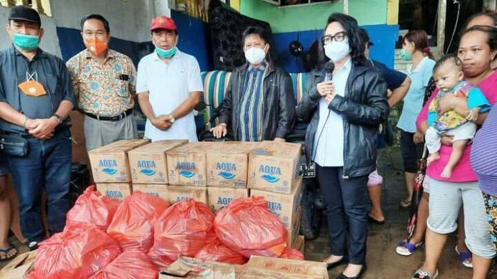 Peduli Korban Banjir di Manado, Rektor Unima Salurkan Bantuan