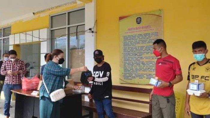 Relawan Pemakaman Jenazah Covid-19 Dapat Bantuan dari Anggota DPRD Minsel